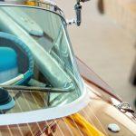 Panorama-Windschutzscheibe und Chrom-Scheinwerfer der Riva Ariston nach durchgeführter Restauration in der Werfthalle der Bootswerft Baumgart in Dortmund