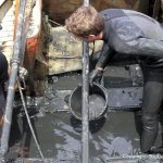 Schlammbeseitigung und grobe Säuberung der Riva Super Aquarama nach der Bergung durch die Bootswerft Baumgart