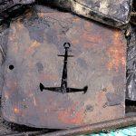 Ankersymbol in einer Holzplatte beim Säubern der Riva Super Aquarama nach der Bergung durch die Bootswerft Baumgart in Dortmund